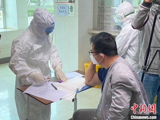 新冠肺炎康复者做血浆捐献前的身体检查。 王子谦 摄