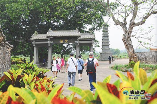 游客浏览罗驿村的古塔和牌坊。