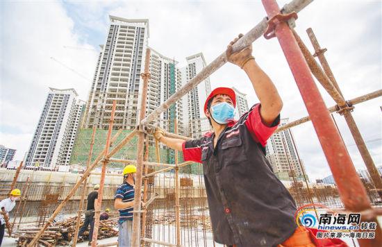 日前,在三亚市东岸村棚户区改造安置区建设项目工地,施工人员正在进行基础施工。海南日报记者 武威 摄