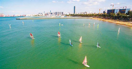 市民游客在海口西海岸开展帆船、游艇游活动。 袁才 供图