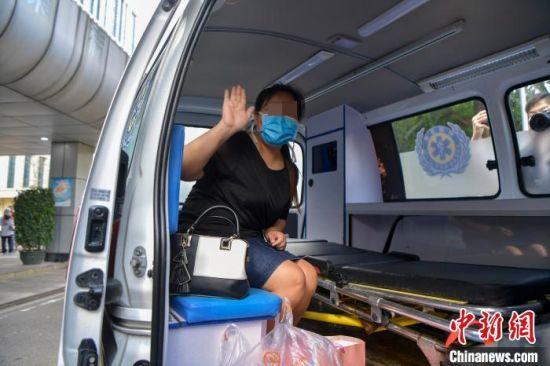 海南省最后一例新冠肺炎确诊病例在海南省人民医院治愈出院。 骆云飞 摄