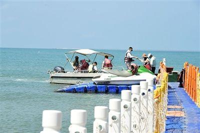 游客在天涯海角游览区游玩水上项目。 三亚日报记者 陈聪聪 摄