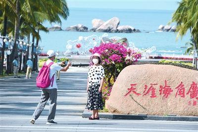游客在天涯海角游览区拍照留念。三亚日报记者 陈聪聪 摄
