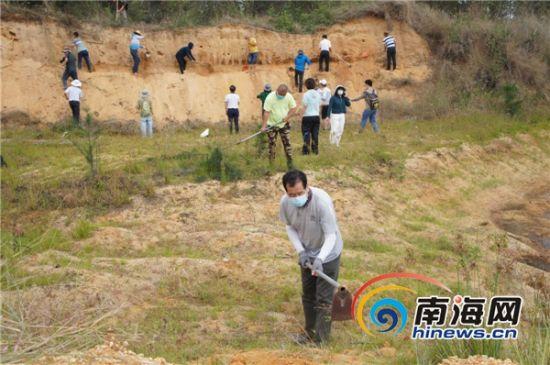"""为沙土""""塑形"""",汉子们冲在第一线。首席记者康景林 摄"""