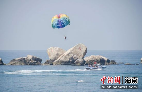 天涯海角游览区海上拖伞项目(摄影:童承东)