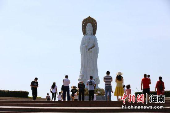 游客在三亚南山景区游览。(陈文武摄)