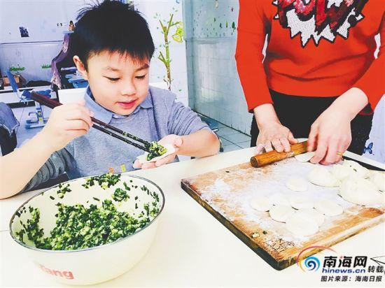 海口滨海九小学生在家里学包饺子。 学校供图