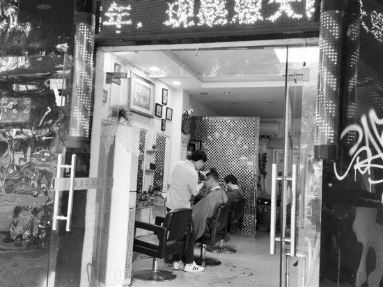 市民在店里理发。符小霞 摄