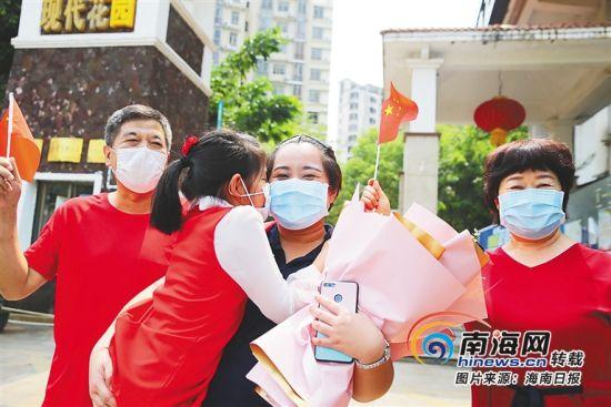 3月31日,海南省妇女儿童医学中心援鄂医疗队员李��(右二)与家人团聚。海南日报记者 张茂 摄