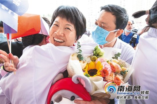 儋州西部中心医院援鄂医疗队员邓东梅(右)与同事拥抱。特约记者 吴文生 摄