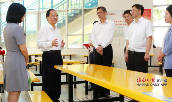 4月2日上午,省委书记刘赐贵到海口中学检查学校复学复课安排和防疫物资准备情况。海南日报记者 李英挺 摄