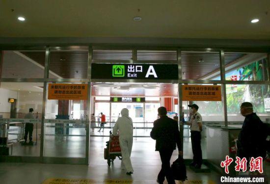旅客经体温监测、健康码认证等防控程序后,陆续自行离场。 记者王晓斌 摄