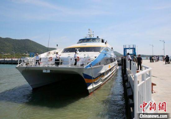 三亚天涯海角景区附近的一处码头上,一艘游船正在驶离。(资料图) 记者王晓斌 摄