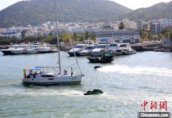 天气晴好时,三亚港有大量游艇等各类船只进出。 记者王晓斌 摄