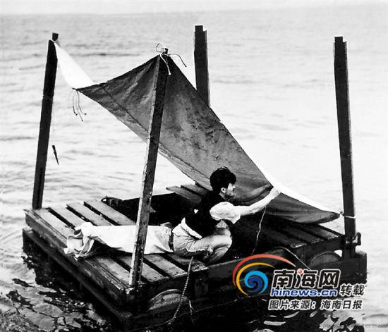 潘廉在巴西贝伦港上岸后,演示他在海上漂流时的情景。