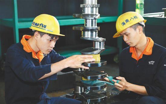 为海南小松工程机械有限公司工人在打磨产品。