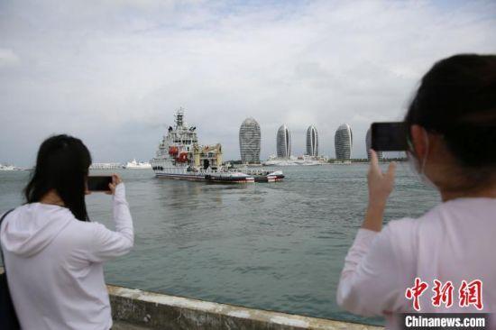 """""""南海救117""""轮驶离码头奔赴南沙。 记者王晓斌 摄"""