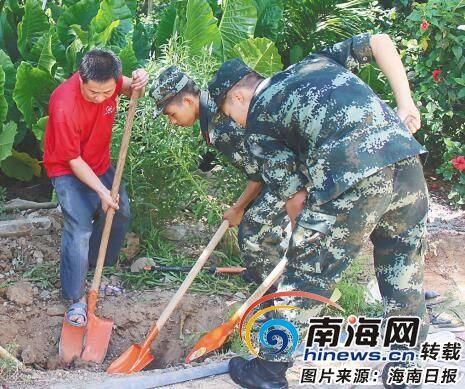"""琼海驻市部队参加""""绿化宝岛行动"""",和当地市民一起种树。"""