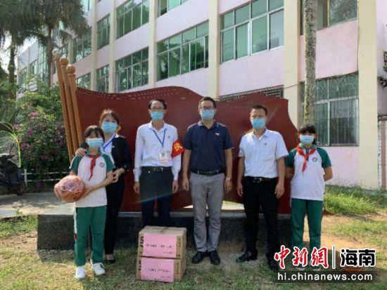 4月20日,共青团定安县委携手爱心企业捐赠口罩助力学校复学。王丽云 供图