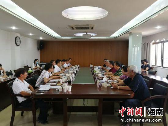 万宁市委书记贺敬平与考察团一行进行座谈交流。胡诗钧 摄