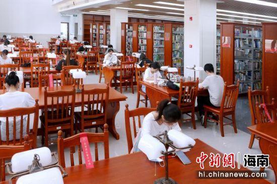 学生在新图书馆内读书。韩茂清 摄