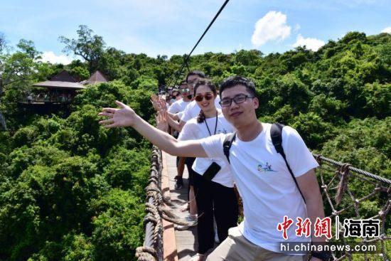 6月7日,来自全国战疫英雄新郎新娘们,畅游三亚亚龙湾热带天堂森林旅游区的情景。黄庆优 摄