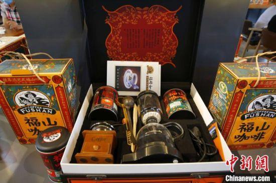 一套含有冲泡器具的咖啡礼盒。 记者王晓斌 摄