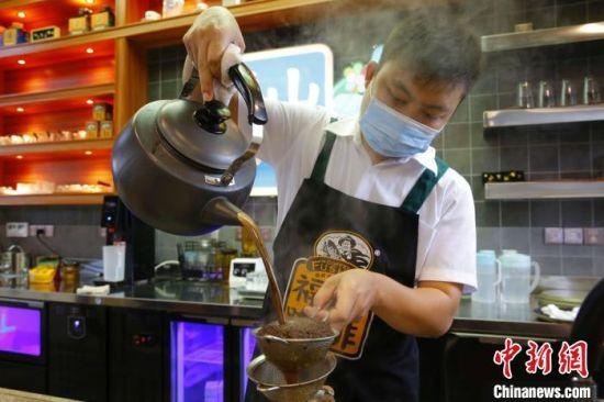 冲泡咖啡。 记者王晓斌 摄