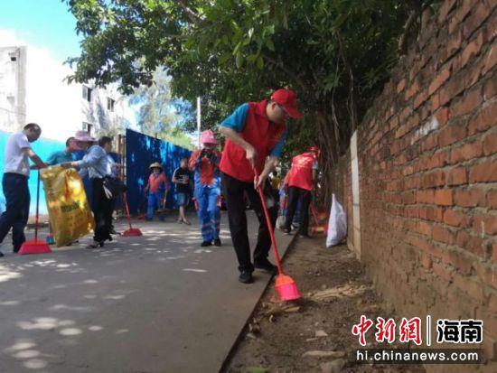大扫除活动。图片来源:海南省委老干部局