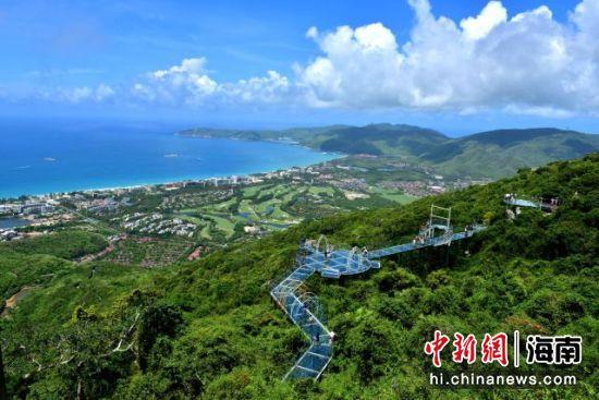 端午小长假期间,游客在三亚亚龙湾热带天堂森林旅游区参观游览(黄庆优摄)