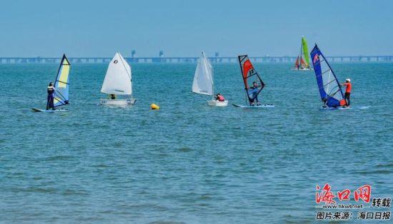 市民游客在西海岸附近海面体验帆船运动。记者 王程龙 摄