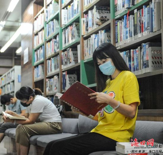 市民在海南省图书馆查阅书籍。记者 王程龙 摄