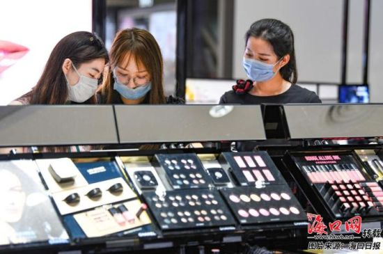在日月广场免税店,顾客在选购免税商品。记者 王程龙 摄