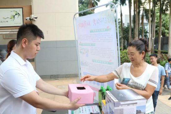 居民参与抽奖活动。龙华区委宣传部供图