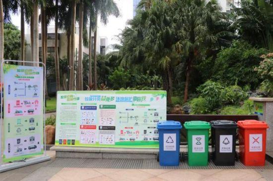 现场设有垃圾分类宣传板。龙华区委宣传部供图