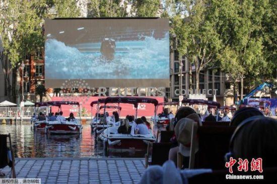 """当地时间2020年7月18日,法国巴黎,当地民众来到河畔""""水上电影院""""观看电影。"""