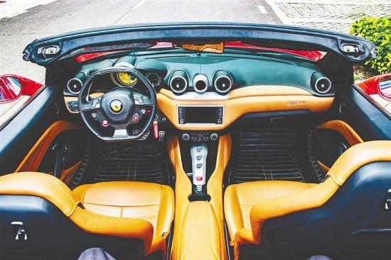 跑车租赁自驾已经成为年轻人游海南的新方式,对于他们来说,跑车不仅是交通工具,也是拍照道具。(受访对象供图)