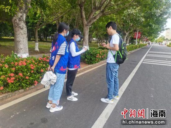 海南大学经济学院学子向行人售卖一元一张的自制电影票,并组织购买者进行线上观影,将活动募捐的金额作为到海南省内贫困地区支教行动的资金。 林冬冬 摄