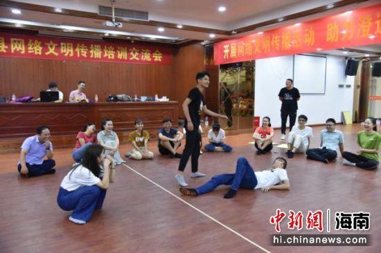 参训学员在专业教师团队现场指导下进行情景短剧编排创作。张仁圣供图