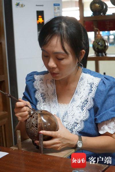 叶倩云正在雕刻。记者韩星 摄