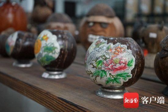 精美的椰壳工艺品。记者韩星 摄