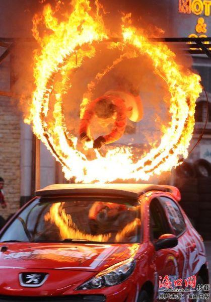 长影环球100奇幻乐园内精彩刺激的钻火圈表演。记者 康登淋 摄