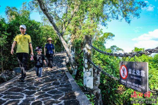 市民游客在绿树成荫的海口火山口地质公园观光游览。记者 康登淋 摄