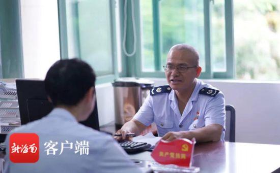 陈海平(右)正在了解近期大厅满意度测评情况。傅启旭 摄