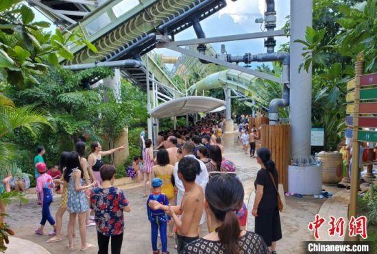 亚特兰蒂斯水世界乐园吸客众多,园内多个游乐设施前均可见大排长队的游客。 记者王晓斌 摄