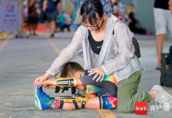 比赛前家长给孩子拉伸。记者 汪承贤 摄