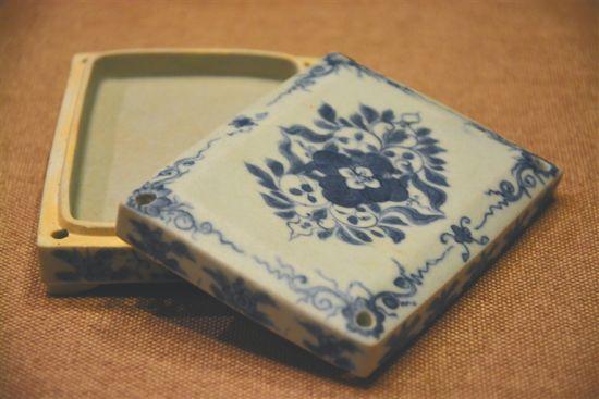 清青花花卉纹方盒。