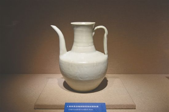 南宋青白釉瓷执壶。