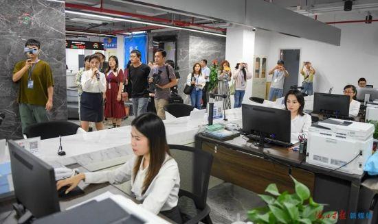 采访团参观海口江东新区政务服务中心。海口日报记者 王程龙 摄