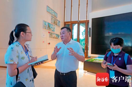 海口市委常委、副市长鞠磊向记者介绍江东发展情况。记者 汪承贤 摄